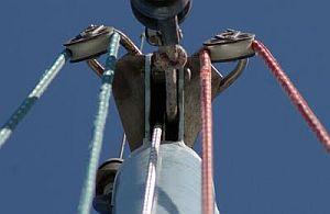Las drizas pasan por poleas que están en el extremo superior del palo