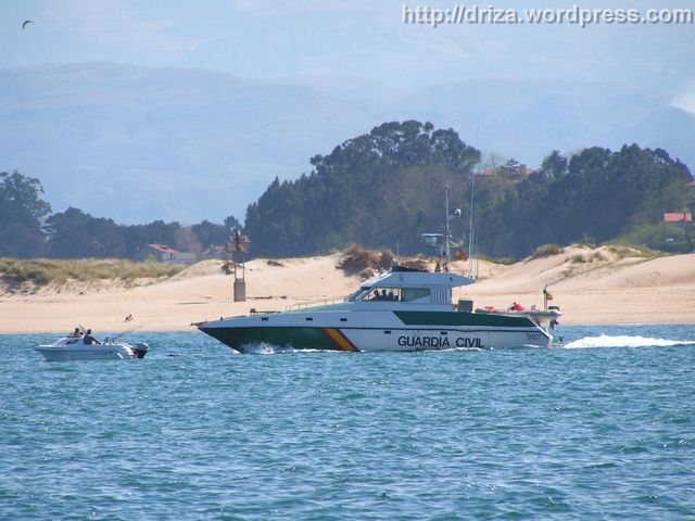La patrullera impone respeto. Los pescadores no le quitan ojo.