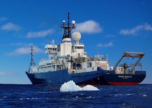 Buque Oceanográfico RV Roger Revelle que encontró el velero
