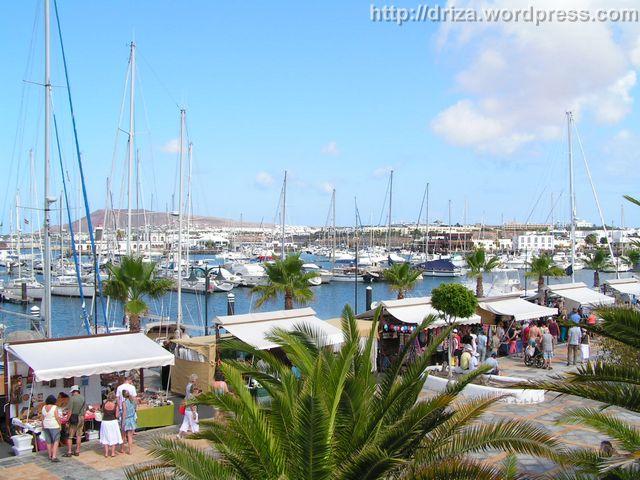 Panorámica de Marina Rubicón (Lanzarote) con su mercadillo y todo