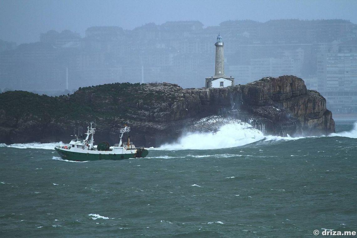 Un pesquero entrando en Santander