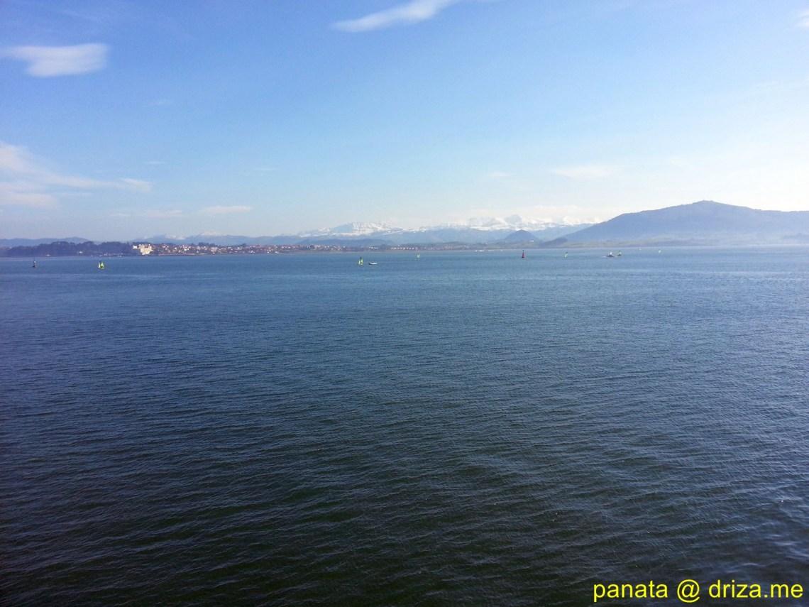 La bahía con las montañas nevadas al fondo (Foto: Panata)