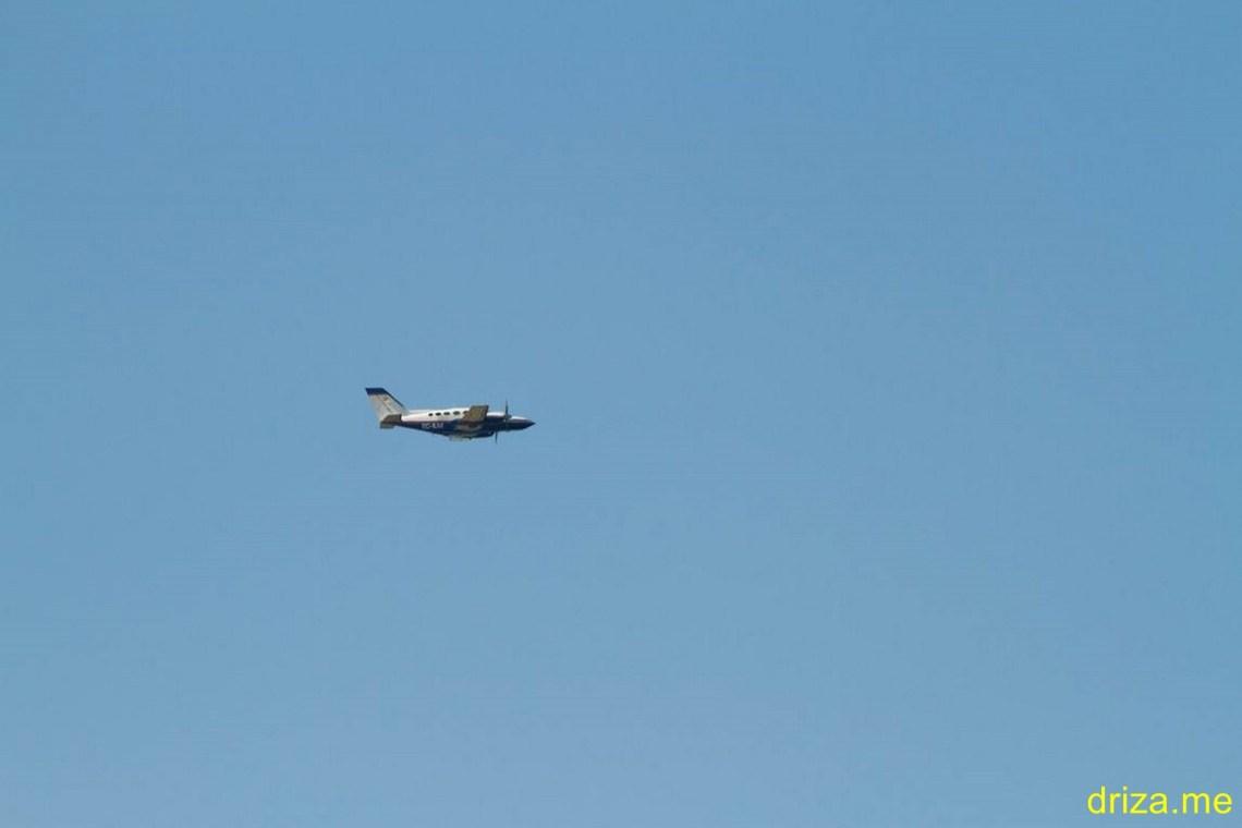 Sobrevolando la zona se puede apreciar la Cessna 421C de la empresa Azimut dedicada a realizar trabajos fotogramétricos